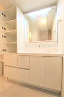 :ワイドな鏡を備えた洗面化粧台!