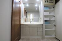 洗面室:収納付きの洗面室